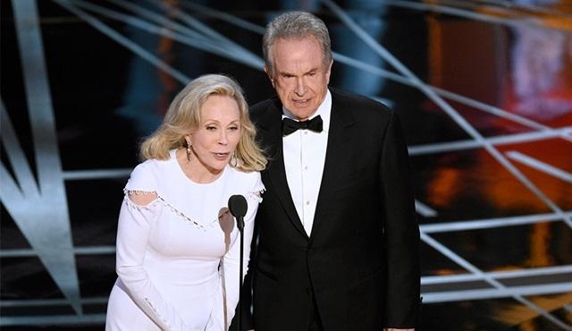 Faye Dunaway ve Warren Beatty, Oscar'da En İyi Film'i sunmak için dönüyorlar