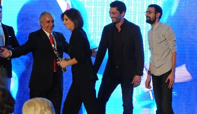 """İlişki Durumu: Karışık'a """"Yılın En İyi Komedi Dizisi"""" ödülü!"""
