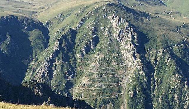 """Dünyanın en tehlikeli yolunun hikayesi """"Bulutlara Giden Yol"""" ile TRT Belgesel'de!"""