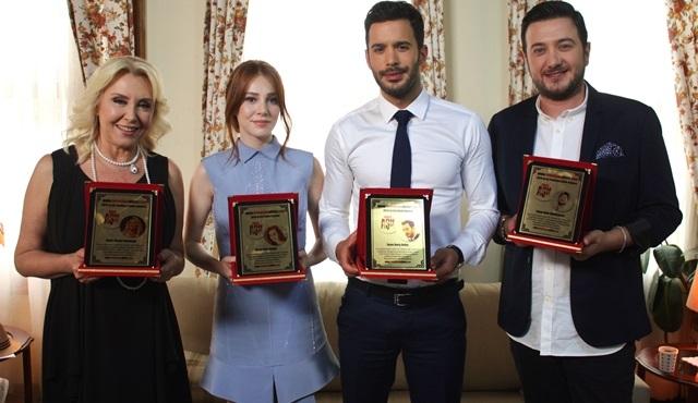 Kiralık Aşk dizisi ödüllere doymuyor!