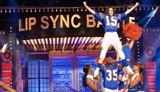 Lip Sync Battle'da Bu Hafta Nina Dobrev ve Kaley Cuoco Sahnede