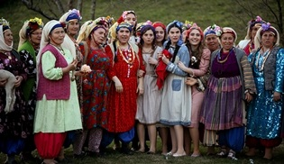 Hanımköylü'nün kıyafetleri izleyicilerden büyük ilgi görüyor!