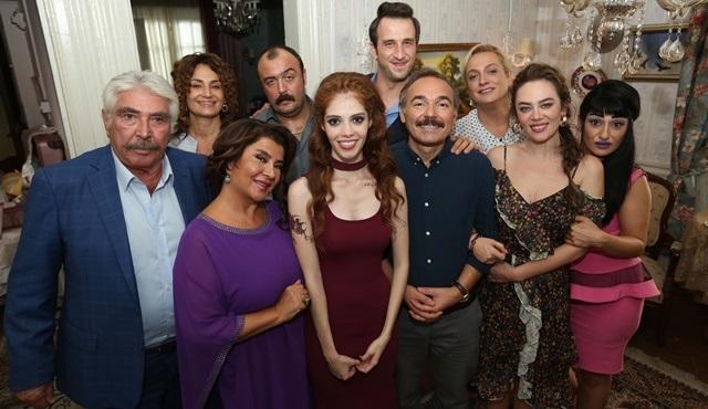 Aile Arasında ekibi filmin başarısını yayınladıkları video ile kutladı!