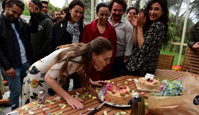 Aslı Enver'e İstanbullu Gelin setinde sürpriz kutlama!