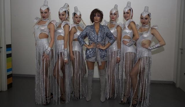 Röya, Rus dansçıları ve Türkçe şarkısıyla ilk kez Beyaz Show'a konuk oldu!