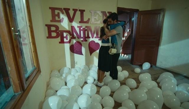 Ömer ve Ceylan'a evlilik teklifi ediyor!