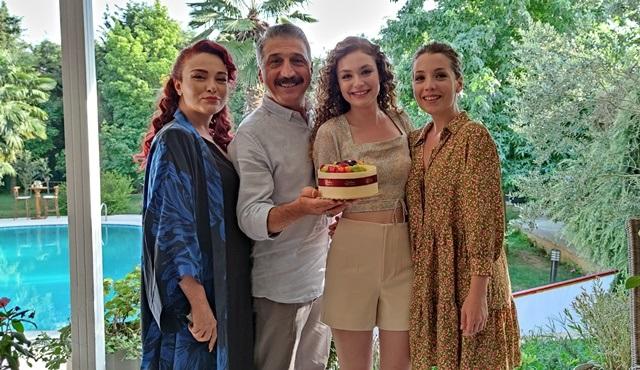 Serra Arıtürk'e Aşkın Tarifi setinde doğum günü sürprizi!