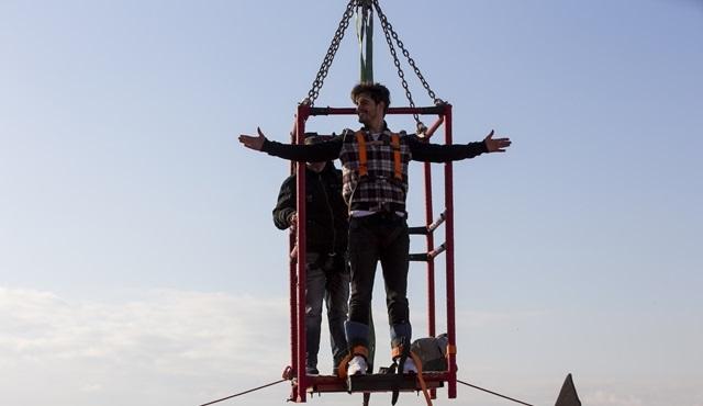 Berk Atan, Dayan Yüreğim için 54 metreden atladı!