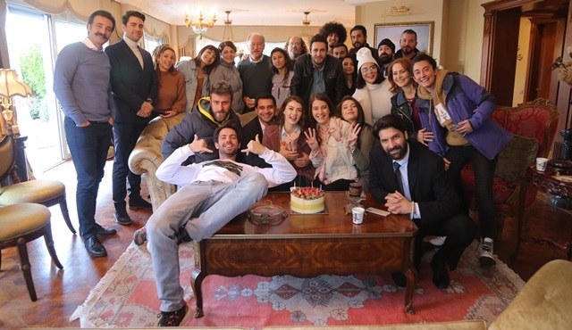 Burcu Özberk yeni yaşını Afili Aşk setinde kutladı!
