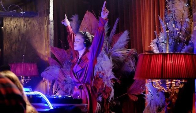 Burcu Biricik, Kuzgun'un yeni bölümünde senaryo gereği DJ'lik yaptı!