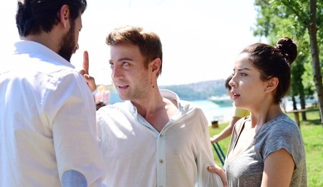 Ahmet, Onur'un Zeynep'in peşinde olmasından hoşlanmıyor!