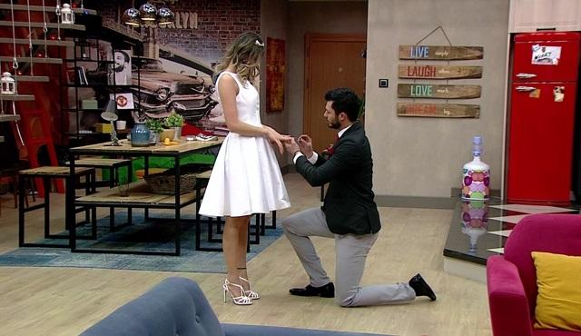 Kısmetse Olur evinde Emre'den Hazal'a evlenme teklifi geldi!
