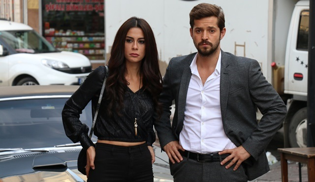 Kertenkele | Zeynep is close to finding out Murat's realy identity.