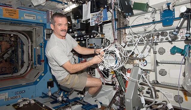 Chris Hadfield: Uzayda yalnızlık çekmezsiniz. En yalnız insanlar şehirlerin göbeğinde yaşıyor!