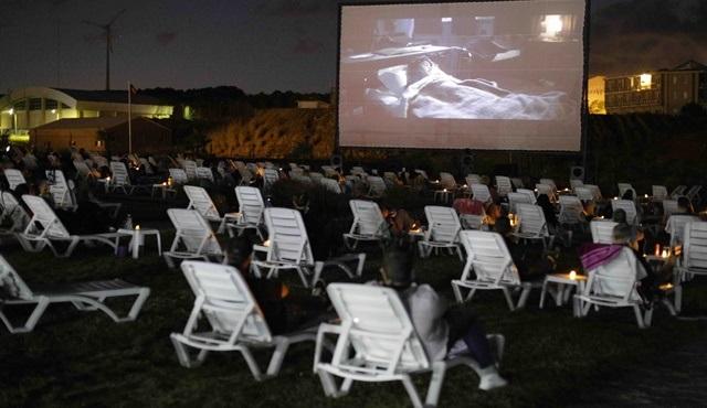 Plajda sinema keyfi yapmak ister misiniz?