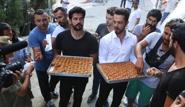 Burak Özçivit ve Murat Boz'dan ''Kardeşim Benim'' set ekibine sürpriz!