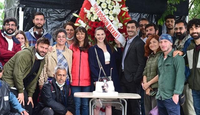 Alina Boz'a Maraşlı setinde sürpriz doğum günü kutlaması düzenlendi!