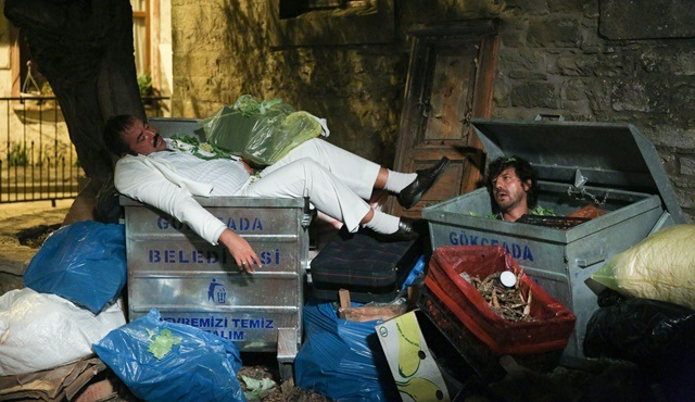 Ata Demirer ve İlker Aksum, Hedefim Sensin filmi için kendilerini çöp kutusunda buldu!