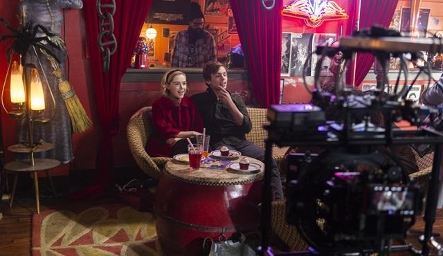 Netflix, Chilling Adventures of Sabrina'nın kamera arkası görüntülerini paylaştı!