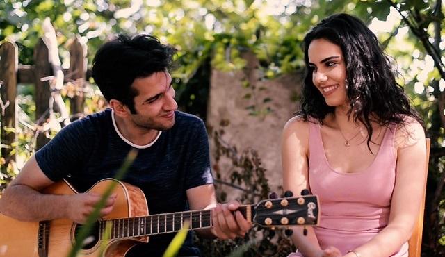 Baran Bölükbaşı ve Özgü Kaya, Adı Efsane için Kimse Bilmez şarkısında düet yaptı!