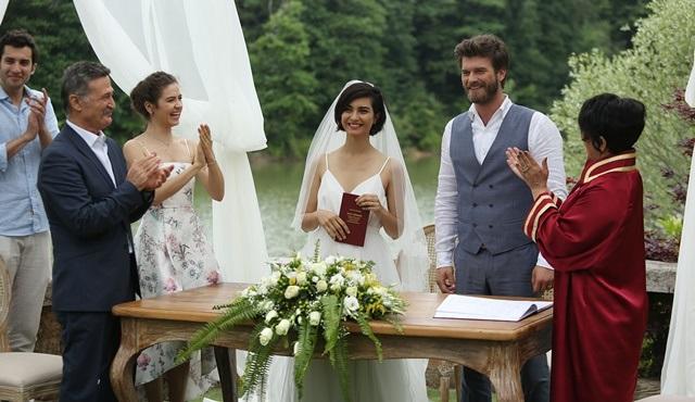 Cesur ve Güzel'de aşıklar, sonunda evlenerek mutlu günlere yelken açtı!