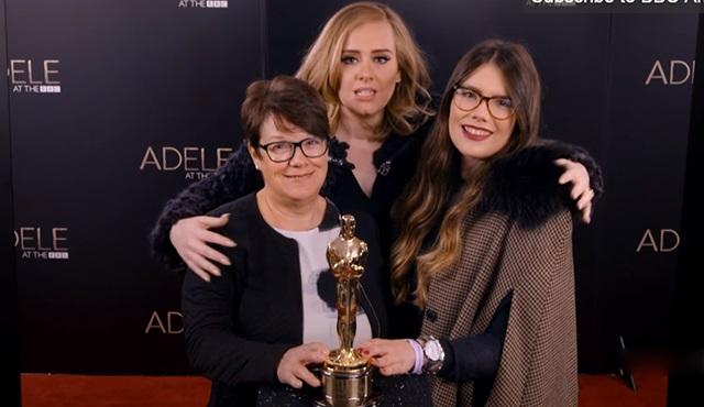 Adele, Graham Norton'la birlikte hayranlarına şaka yaptı