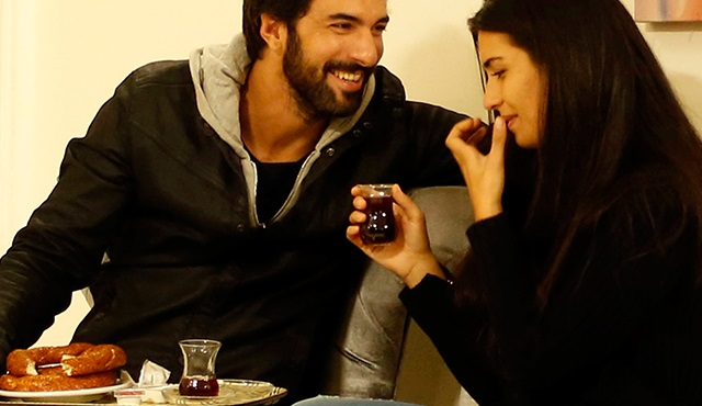 Simit, çay ve Elif Denizer varsa Ömer'e her yer cennet galiba