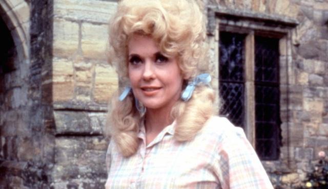 Güle güle taşralı güzel, Elvis'in kadını, sarışın barbie...