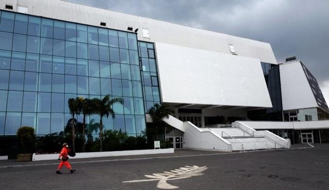 Cannes'ın etkinlik merkezi Palais des Festivals evsizler için barınağa dönüştürüldü