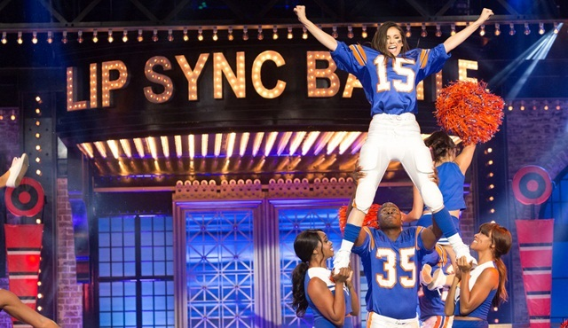 Lip Sync Battle'da bu hafta Nina Dobrev ve Kaley Cuoco sahnede!