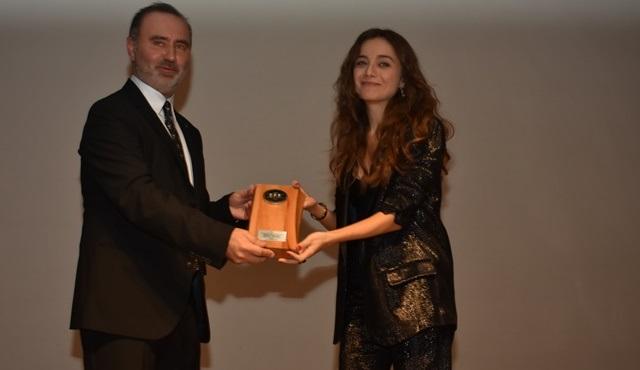 """Damla Sönmez, Eskişehir Uluslararası Film Festivali'nde """"Yılın Performansı"""" ödülünü aldı!"""