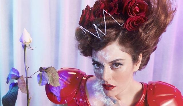 Ezgi Mola, Alice Müzikali'nde Kraliçe karakteriyle karşımıza çıkacak!