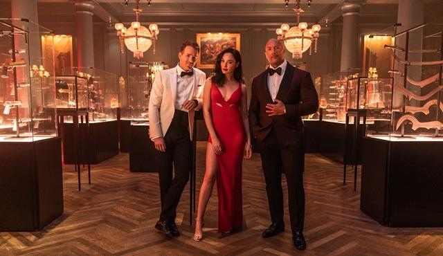 Netflix, Dwayne Johnson, Gal Gadot ve Ryan Reynolds'lı Red Notice'in ilk karesini paylaştı!