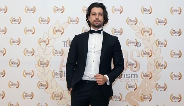 Alp Navruz, Türkiye Altın Turizm Ödülleri'nde 'Yılın En İyi Çıkış Yapan Erkek Oyuncusu' ödülünü aldı!