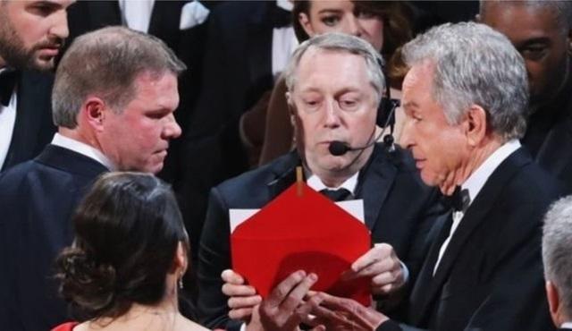 """Oscar törenlerindeki """"zarf hatası"""" Twitter'a damga vurdu!"""