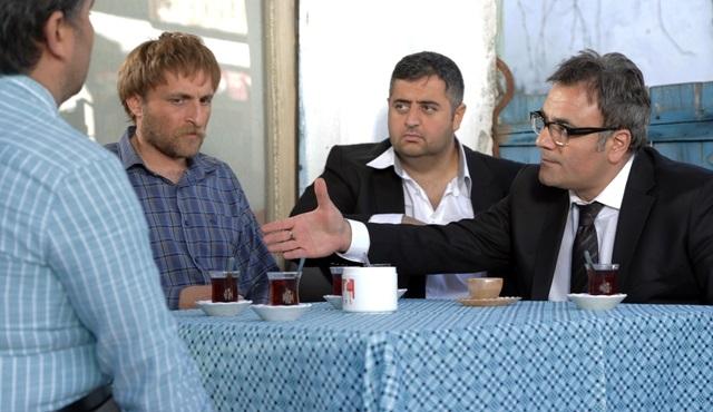 """Çetin Altay ve Mesut Yar ''Olur İnşallah'' filmi için """"Yumurtanın Sarısı"""" türküsünü seslendi!"""