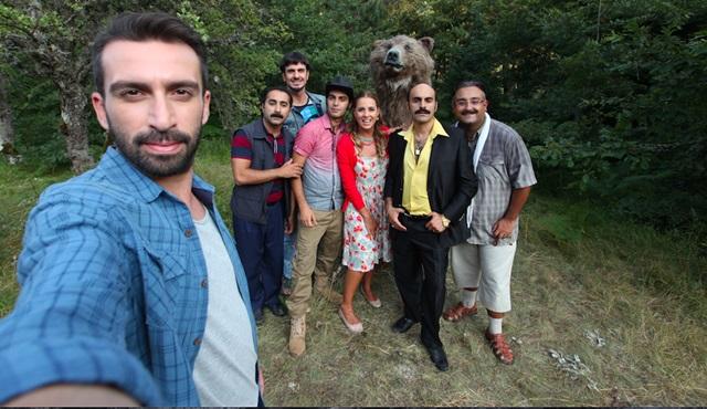 """""""Dedemi Fişi"""" setinde oyuncular ayı ile selfie çekti!"""