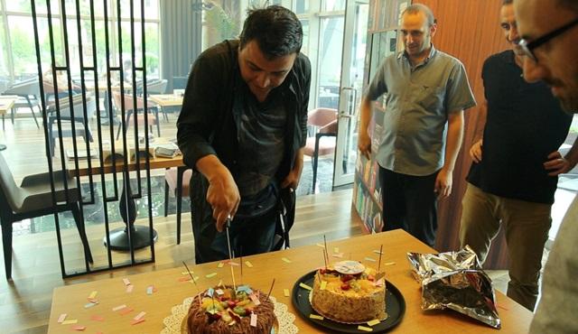 Şinasi Yurtsever'e İlk Buluşma setinde sürpriz doğum günü kutlaması
