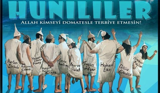 Yiğit Özgür'ün Hunililer'i, Ezel Akay yönetmenliğinde tiyatro sahnesine çıkıyor!