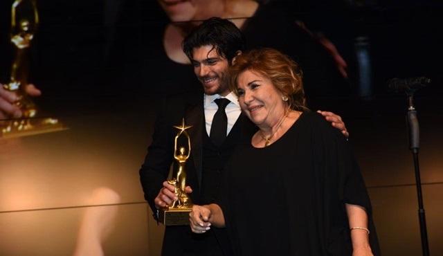Hangimiz Sevmedik'e ''Yılın Komedi Dizisi'' ödülü geldi!