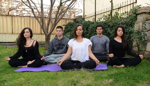 Yoga yaparak motive oluyorlar!